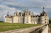По традиции перед замком выкопали ров с водой и установили подъёмный мост.  Замок никогда не имел оборонительных функций.