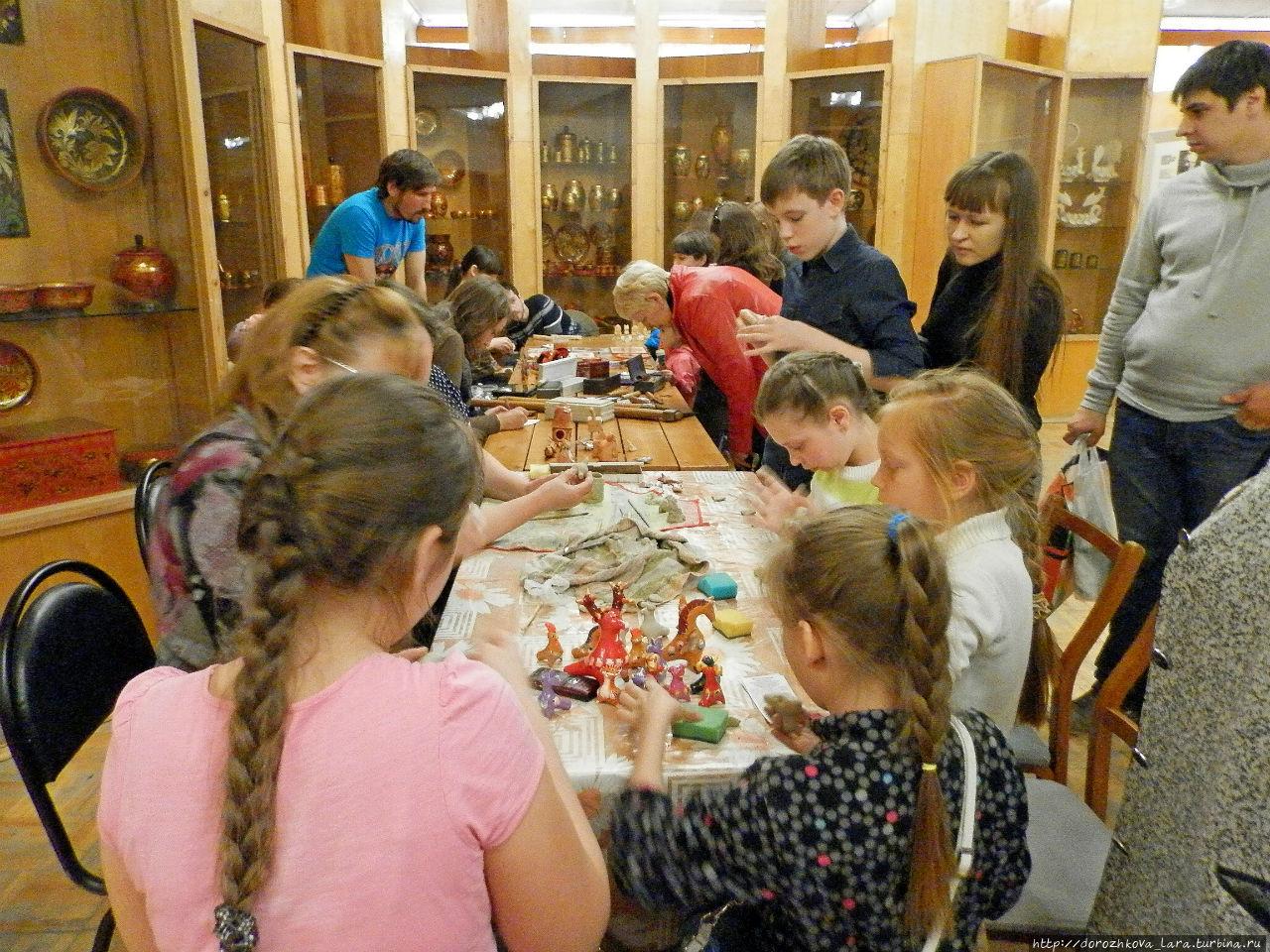 Дети, и взрослые тоже, с удовольствием участвуют в приобретении навыков лепки жбанниковских глиняных игрушек-свистулек