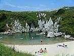 Одним из самых больших секретов является Gulpiyuri — это залив в виде подковы, расположенный ниже уровня моря, окруженный лугами, куда соленая вода подается по системе подземных пещер, которую приносят приливы и волны этой небольшой части побережья Астурии. Установите обратно в 100 метрах от береговой линии Астурия. Залив защищают как памятник природы и природного пространства княжества Астурия.