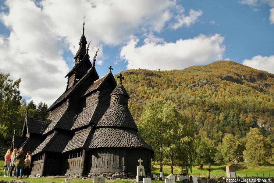 Вот и долгожданная цель — Боргундская ставкирка (Borgund stavkirke). Кстати, в силу орфоэпических норм норвежского языка, произносить можно и Боргуннская, и Бургуннская