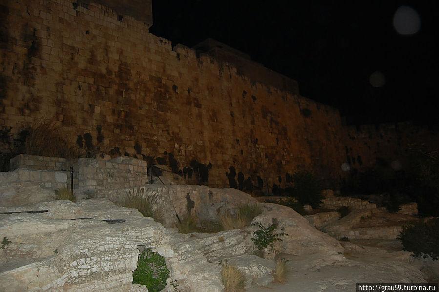 Стена возле ворот