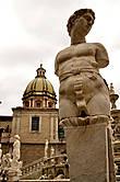 Фонтан на Пьяцца Претория. Говорят, был построен 1555 году флорентийцем Франческо Камильяни для тосканской резиденции Педро Толедского, испанского вице-короля Неаполя и Сицилии. После смерти владельца его сын продал фонтанчик городу Палермо, в 1574 году он (фонтан) был разобран более чем 600 деталей, перевезен из Тосканы в Палермо и вновь собран под руководством сына Камильяни, Камилло.
