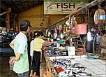 В отличие от большинства рынков в других филиппинских городках, что приходилось мне видеть, мясной и рыбный отсеки размещены под крышей маркета в одном большом помещении, не разделенном никакими перегородками