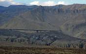 Чуть позже слева показался Маранг. Перспектива преодолеть каньон перед городом была не радостной
