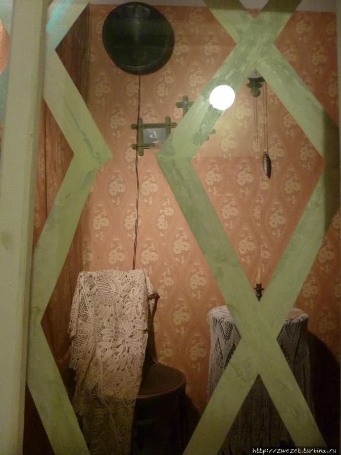 Типичная обстановка жилой комнаты в Волхове через заклеенное окно