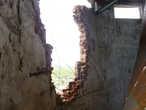 Дыра в стене водонапорной башни, пробитая ракетой