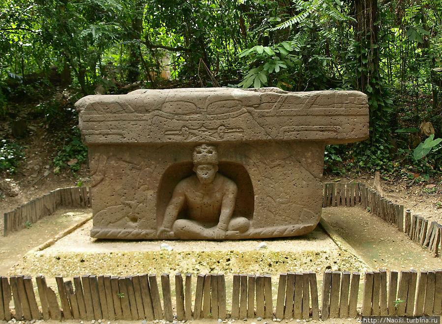 Алтарь — один из наиболее сохранившихся. Человек  медитирующий у входа в пещеру, а сверху схематичное изображение ягуара со скрещенными клыками.