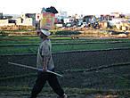 Малагаси (как и большинство африканцев) носят ношу на головах. Как мужчины так и женщины.