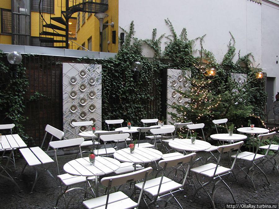 Открытое кафе во внутреннем дворе. Несмотря на январь,   оно открыто.