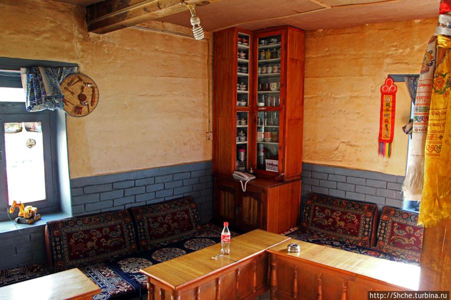 устройство всех ресторанов Мустанга, как и кухонь в местных домах одинакова — лавки по периметру и невысокие столики, изнутри стулья не приставляются, никто не сидит спиной друг к другу