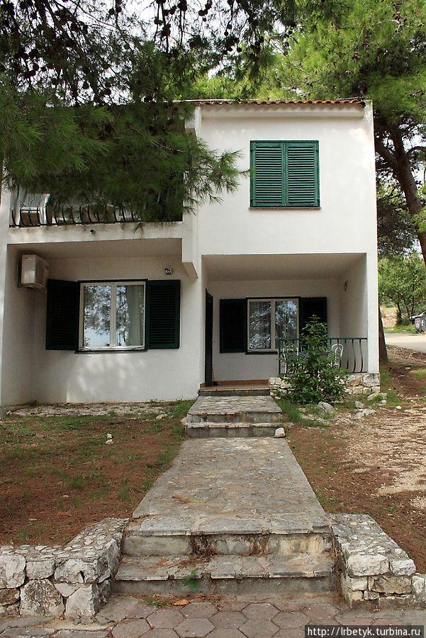 Вход в апартаменты первого этажа с террасой