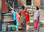 Пока соседка добывает воду, женщины не прочь посудачить и что-то обсудить …