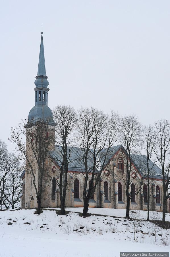 По Отепяской церкви ориентируемся. Она, кстати, знаменита тем, что здесь в 1884 освятили флаг, который впоследствии стал флагом Эстонии.