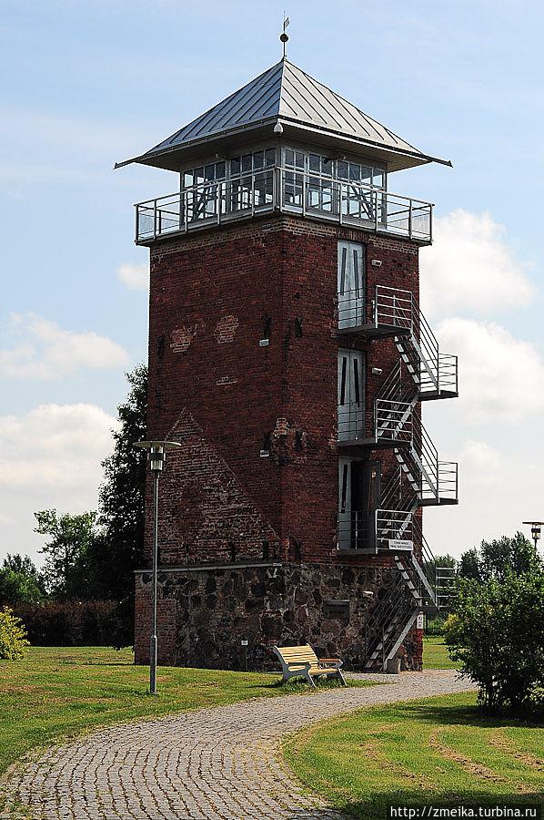 Смотровая башня. На входе висит предупреждение, что вы лезете на высоту на свой страх и риск