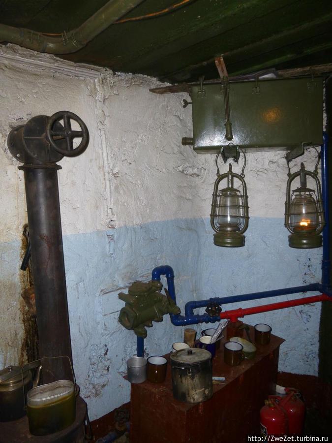 Печка и бак для охлаждающей пулеметы жидкости