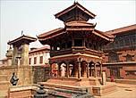 Именно при короле Бхупатиндре был сооружен королевский дворец, известный под названием Дворец 55 окон (справа на фото).