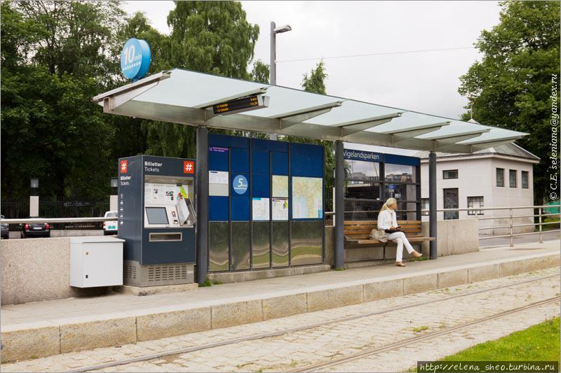4. Этой остановке повезло — тут можно купить билет. Остановка находится возле парка Вигеланна.