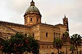 В начале XI века в Южной Италии стали оседать нормандцы. И в 1130 году было основано Сицилийское королевство, столицей которого был Палермо. Нормандцы проявили себя как очень талантливые и разносторонние правители, они позволили своим новым поданным сохранить свою самобытность. Даже норманнская архитектура свидетельствует о большой гибкости и приспособляемости, объединяя в себе нормандские, византийские, арабские и римские мотивы. Примером этого может служить кафедральный собор.