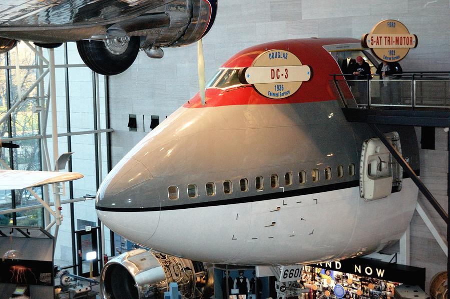 Весь Боинг-747 в музей не поместился, поэтому здесь представлена лишь его носовая часть. Но зато можно зайти в кабину пилота!