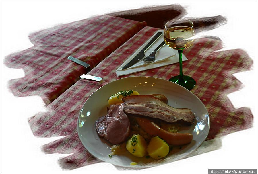 Шукрут — традиционнное эльзасское блюдо. В Эльзасе — бывшем не раз немецкой территорией, велико влияние немецкой кухни, с ее квашеной капустой, картошкой, свининой и свиными колбасками, незамысловато приготовленными. Это оно и есть, просто и вкусно. Блюдо для очень голодных мужчин.