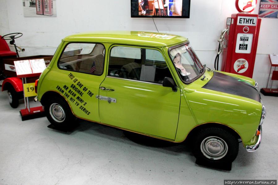 Звезда коллекции — автомобиль мистера Бина. Это Мини 1000 Бритиш Лейланд серии 1967-1980 гг. На двери виден засов со шпингалетом и висячий замок, который использовал мистер Бин в сериале.