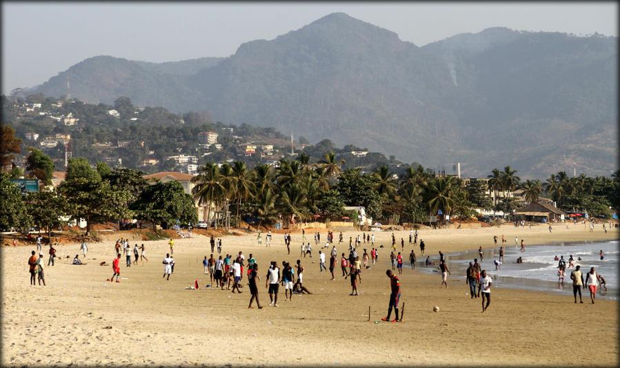 Спортивный закат или энергетика фритаунского пляжа Фритаун, Сьерра-Леоне