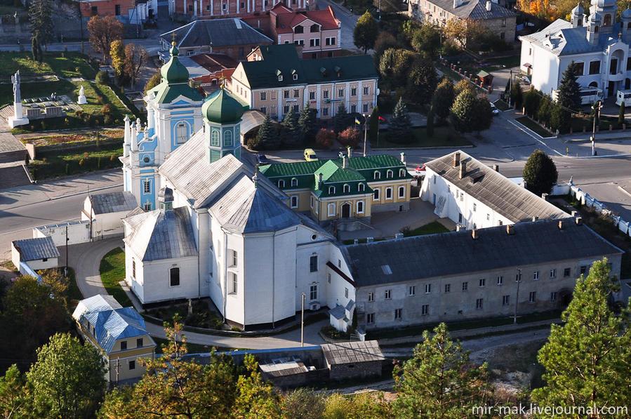 Николаевский собор, изначально возведенный как костел францисканского монастыря, основанного в 1606 году. Согласно легенде, основательницей этого монастыря была все та же княгиня, или даже королева, Бона. Кременец, Украина