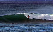 А это еще больше волна на соседнем пляже. И покоритель — опять девушка