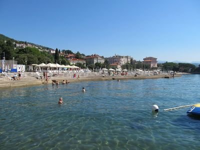 Так вот, Опатия, если кто-то не знает, это небольшой город в Хорватии (правда совсем не похожий на другие хорватские города), с населением около 11,5 тыс. человек, на северо-востоке полуострова Истрия, на берегу залива Кварнер Адриатического моря. До итальянского Триеста менее 100 км.
