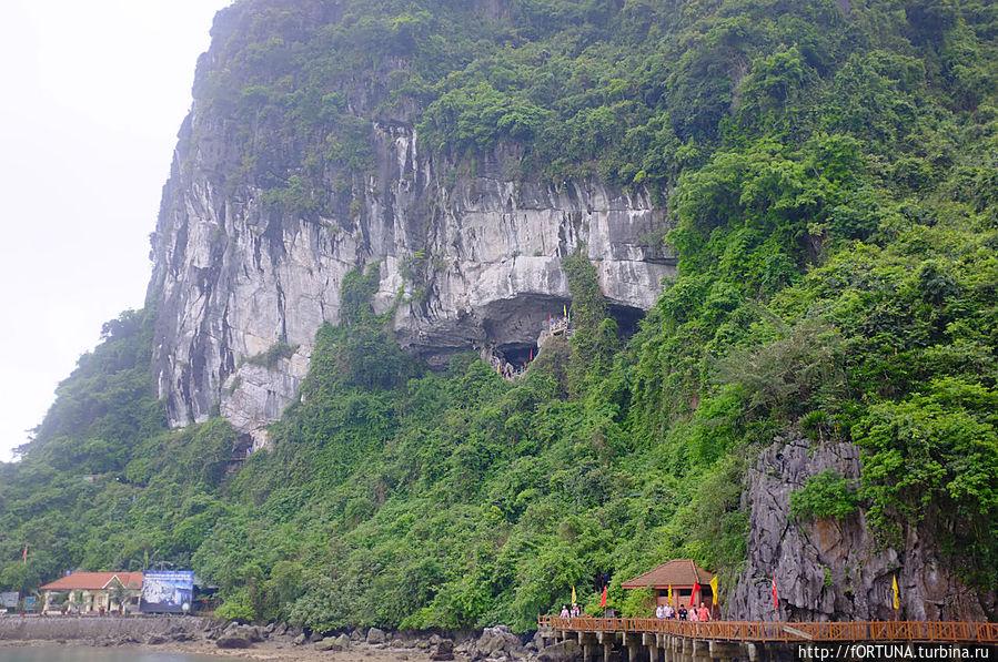 Отверстие под каменным сводом-и есть пещера
