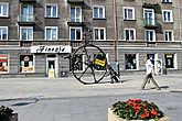 А на улицах попадаются интересные скульптуры.