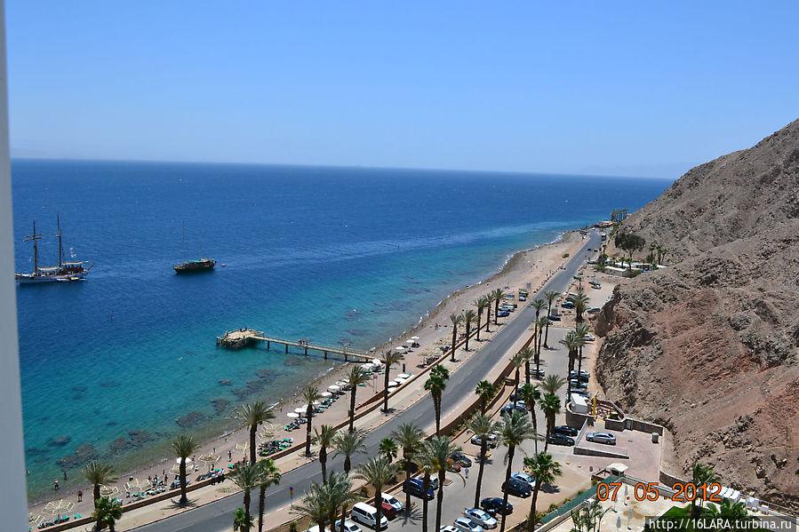 Вид с балкона тринадцатого этажа.Последняя точка суши-это КПП на границе,далее Египет,до него 200-300 метров.