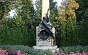 Памятник Джованни Баттиста Пиода (1808-1882) — швейцарский политик и дипломат. Во многом благодаря его усилиям осуществился грандиозный международный проект — строительство Готтардской железной дороги.