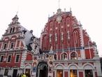 Дом Черноголовых (восстановлен в 1999-2000) — самое эффектное здание на Ратушной площади