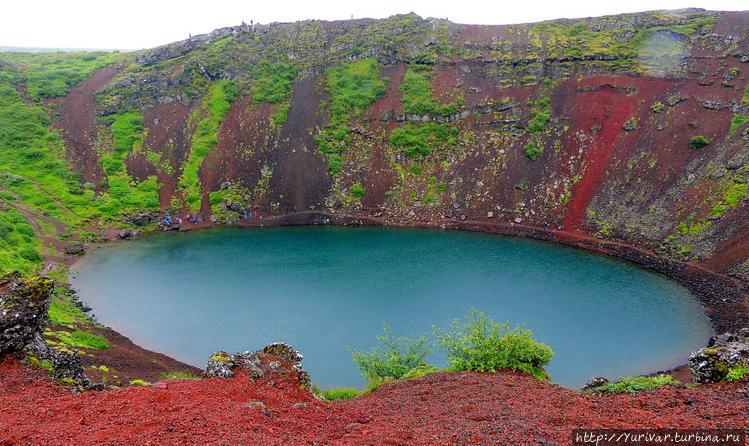 Вокруг кратера проложена