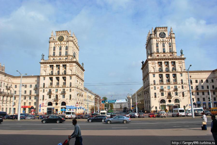 Знаменитые Ворота Минска. Построены в 1955г. (всего через 10 лет после войны). Лицо Минской послевоенной архитектуры. Точнее одно из множества лиц :-)