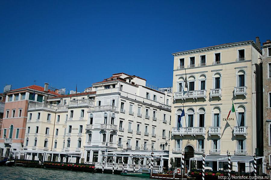 Вид на отель со стороны Гранд Канала Оба корпуса принадлежат отелю