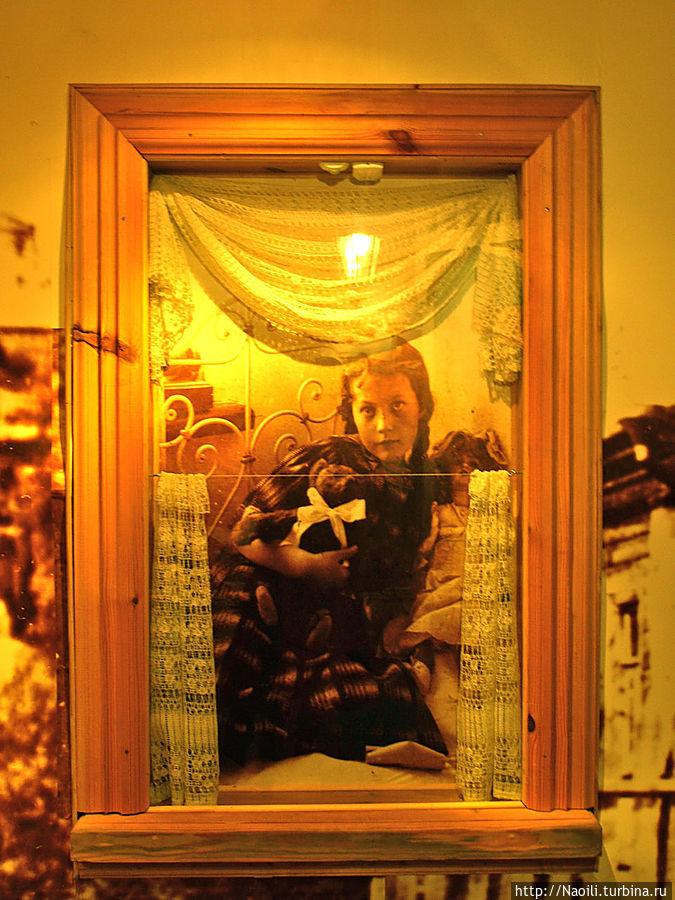 Вообще-то заглядывать в чужие окна нехорошо, но здесь в музее можно.