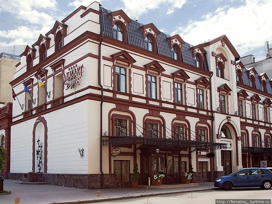 Моцарт -4*, находится прямо возле Оперного театра. . Всю инфо можно посмотреть на http://mozart-hotel.com/about/photos/ , ул. Ланжероновская 13 37-89-00, 37-69-00, 37-93-94