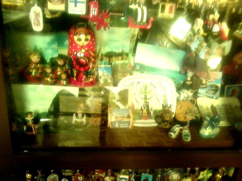шкафы в столовой полну сувениров оставленных туристами. невероятно много финских и голландских символов, но есть и российские