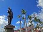Я не нашел специального названия аллеи, но кому установлен памятник по центру Гугл знает: Sir Seewoosagur Ramgoolam — участник борьбы за независимость Маврикия и позже главный министр