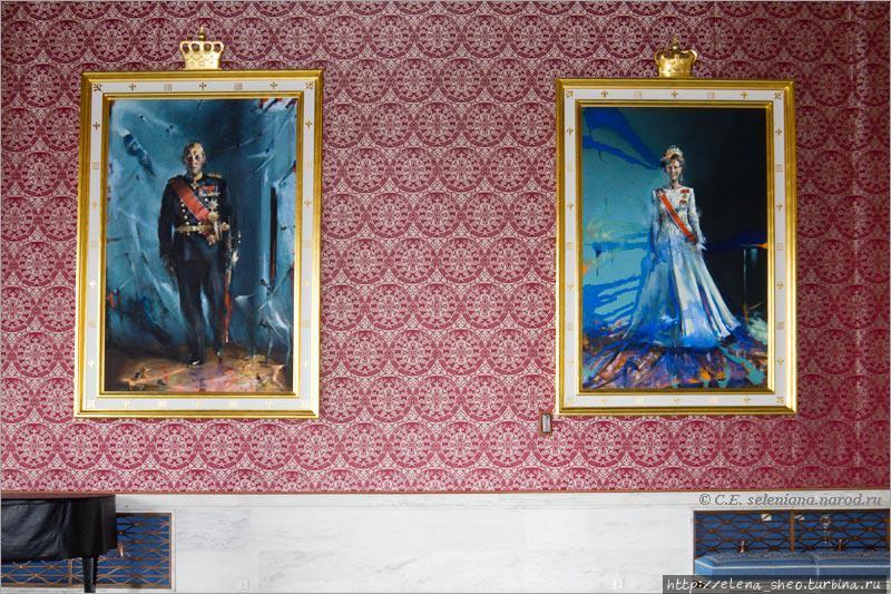 35. Как сказала на экскурсии наш экскурсовод Екатерина, демократичные король и королева попросили художника писать их портреты как есть, не приукрашивая. Художник очень постарался исполнить пожелание королевской четы и сильно в этом преуспел. Он не только их не приукрасил, но и успешно приухудшил. Глядя на их лица с какими-то немыслимыми синяками тут и там, невольно думаешь, что это вовсе не портреты, а фантазия художника на абстрактную тему. Как в самом деле выглядят король и королева, лучше смотреть в других местах.