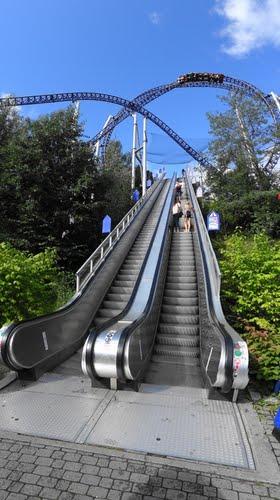 От входа до самого парка надо ехать на эскалаторе. Весь парк-это сплошные холмы.