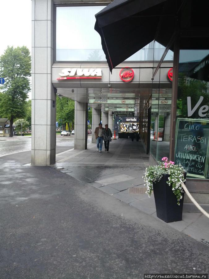С правой стороны видна часть вывески рестолрана Vespa
