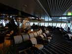 Панорамный салон в носовой части корабля. Если я правильно понял, в центре салона лестница, по которой капитан судна может подняться к гостям прямо с мостика.