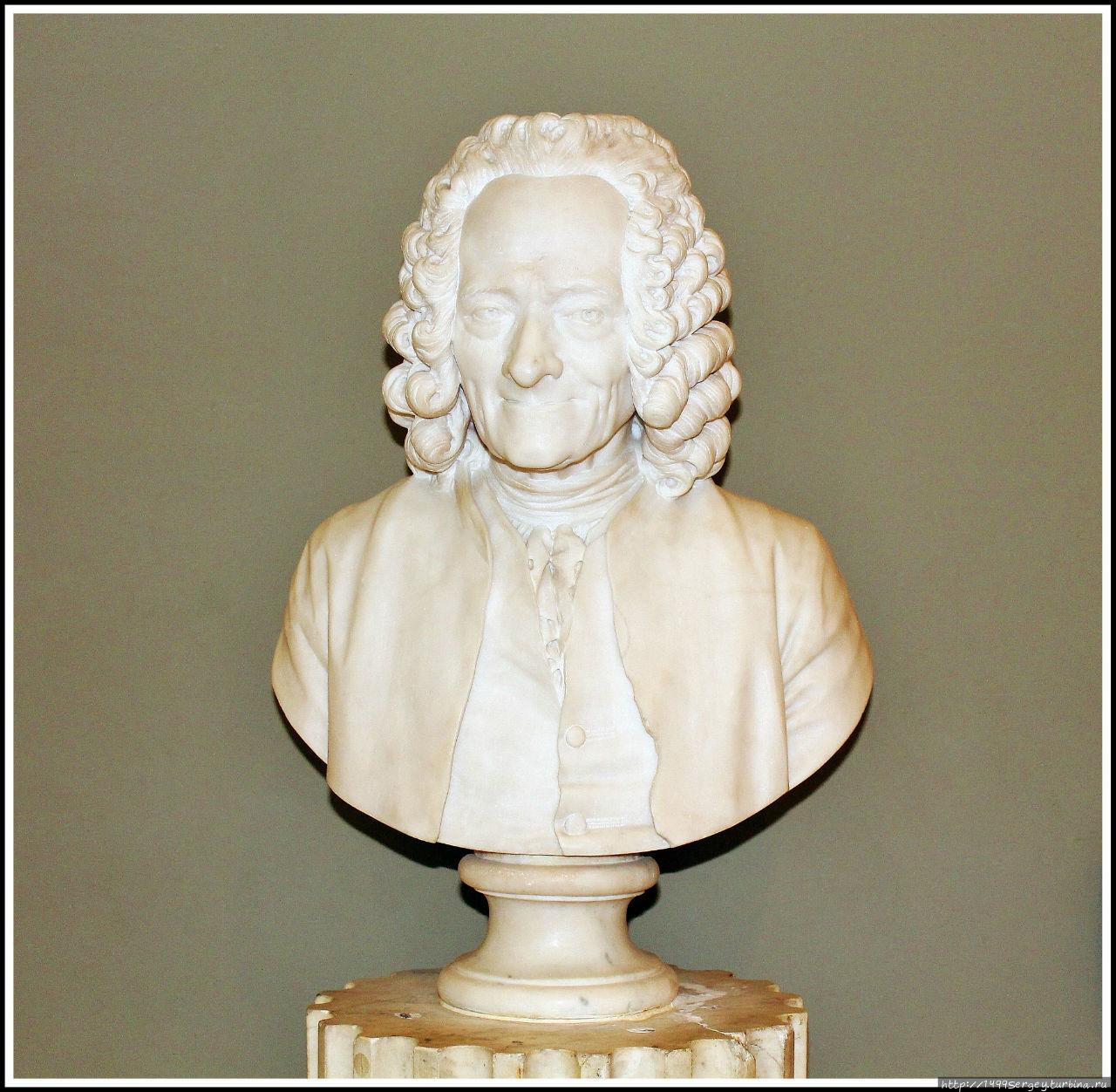 Бюст Вольтера работы Гудона в музее Лувра