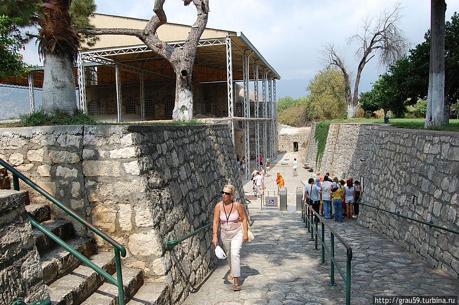 Это вход по которому туристы спускаются к храму для его осмотра.