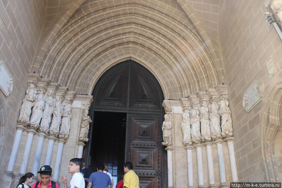 Два церковных здания — привлекающее и карающее Эвора, Португалия
