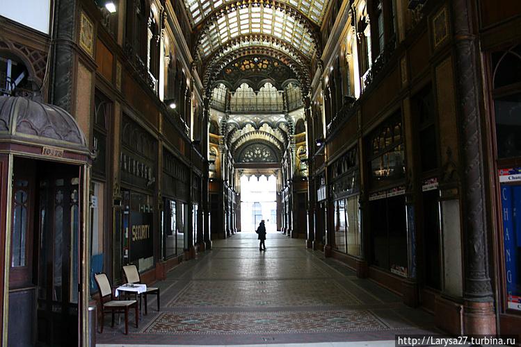 Парижский двор, архитекто