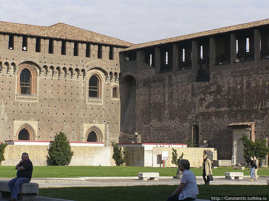Главная площадь Пьяцца д'Арми. Занимает примерно половину территории.